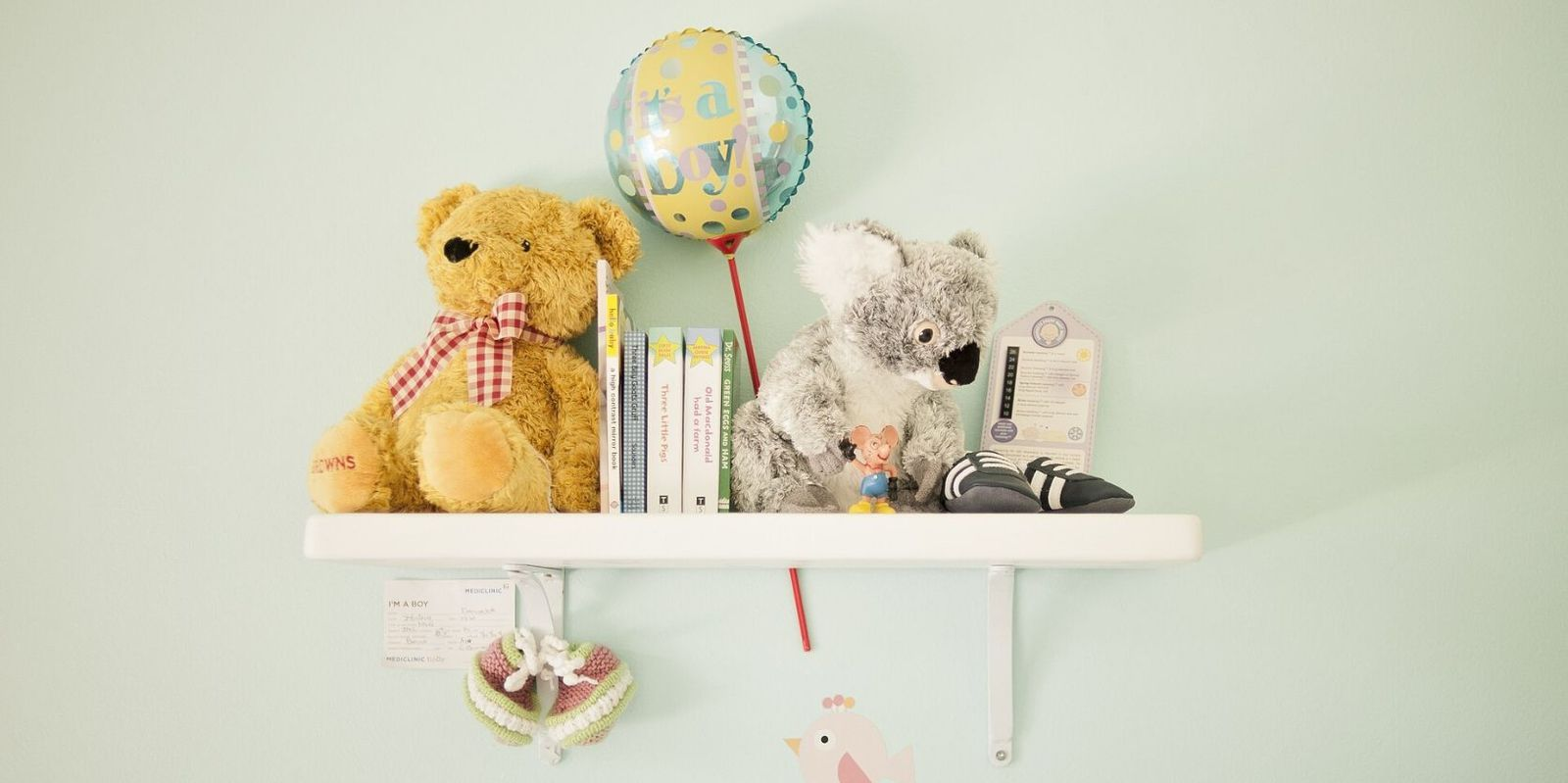 Child's bedroom with floating shelf